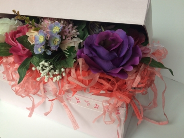 Full of flowers gift box side details
